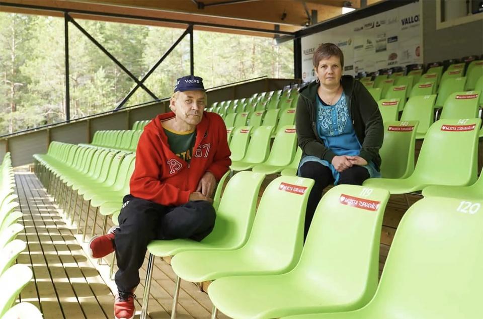 Jani Hägg ja Sari Äikää-Torkkeli istuvat katetussa katsomossa